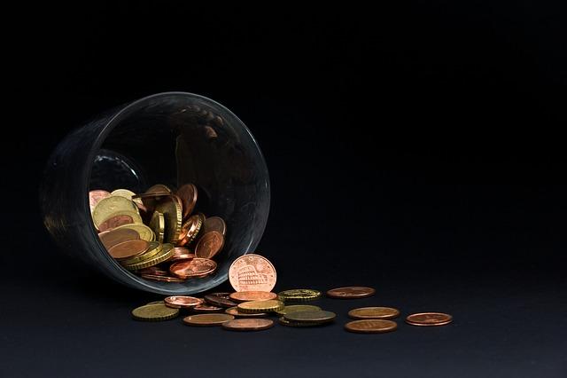 sklenička s penězi