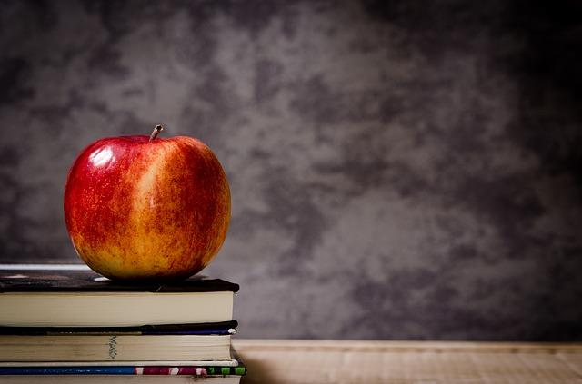 knihy a jablko