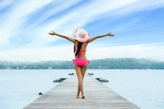 Atraktívna žena, štíhla, fit, pri vode.jpg