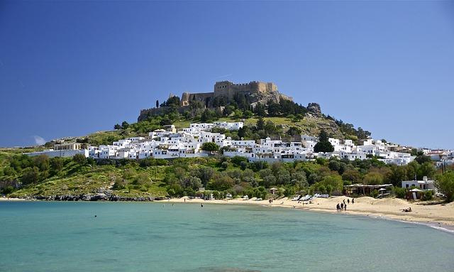 Pláž a zámok nad ostrovom Rodos